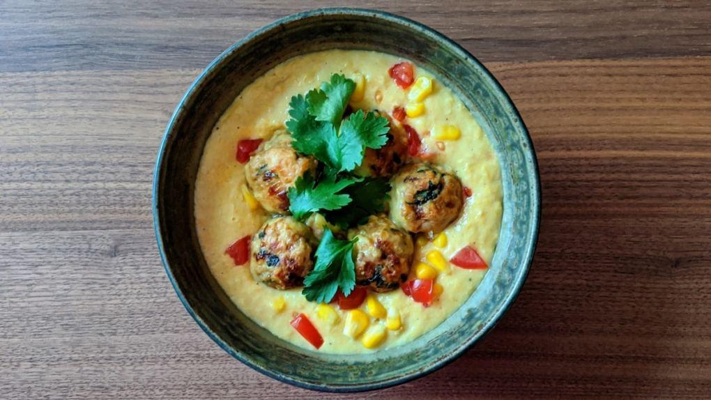 soupe mexicaine aux boulettes de dindon et crème de maïs