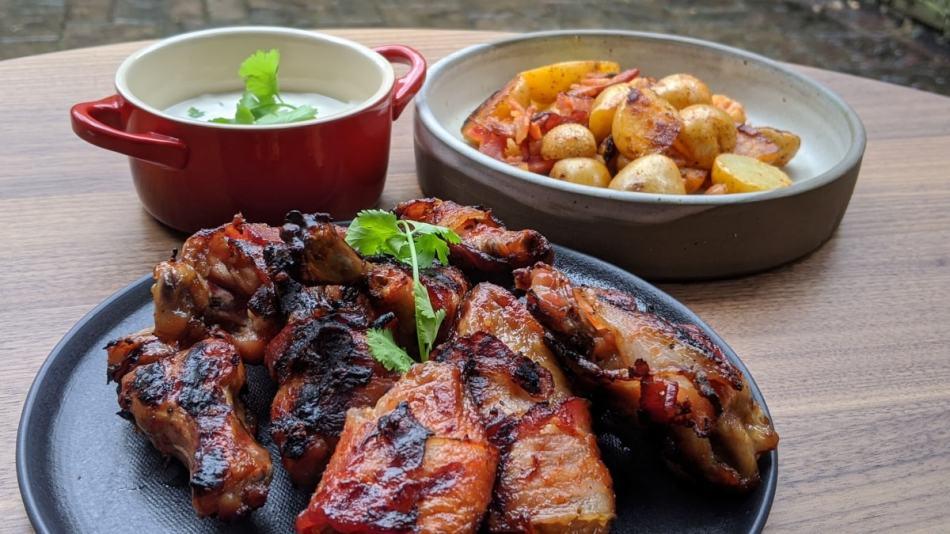 Ailes de poulet au bacon et ses accompagnements