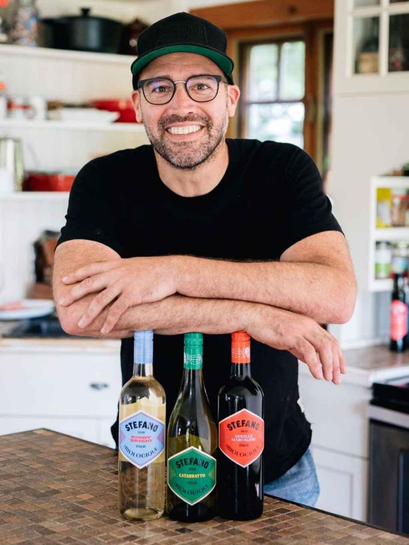 Stefano Faita dans sa cuisine avec ses vins biologiques Crédit Patricia Brochu