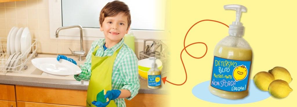Bambino lava i piatti