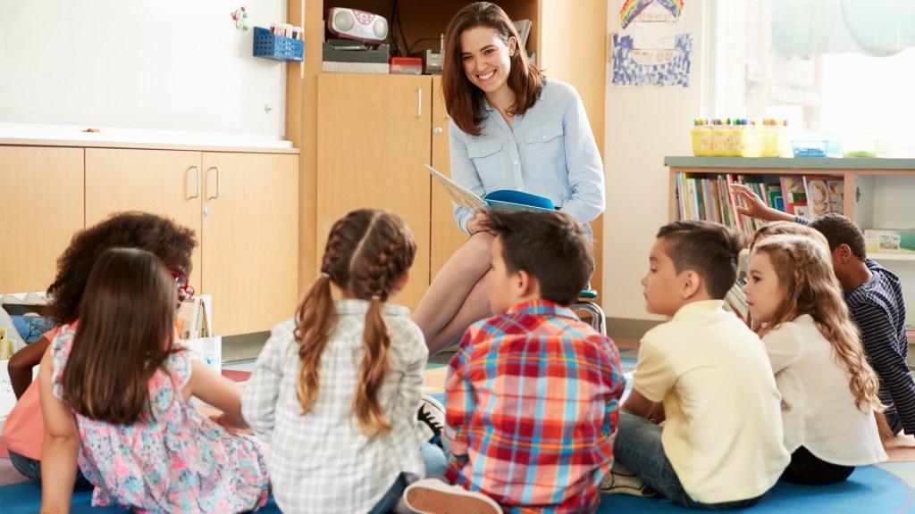 Maestra legge ai bambini piccoli