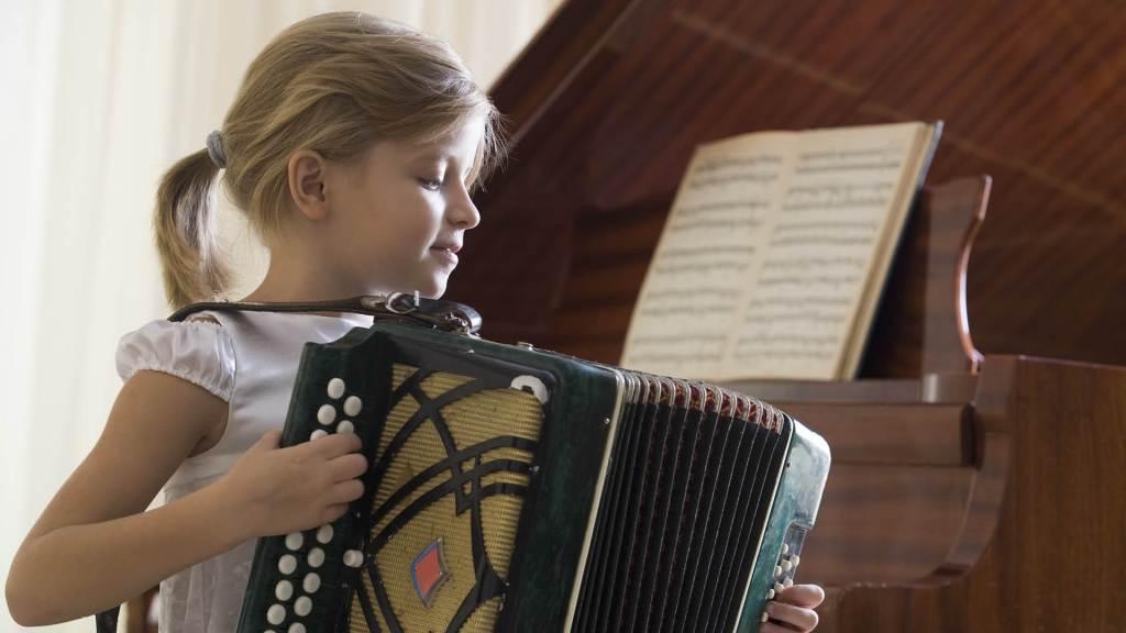 Bambina che suona fisarmonica