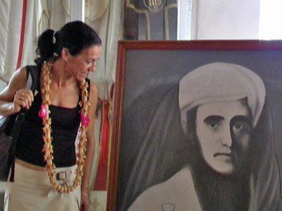 Catherine Loubet devant le portrait de son aïeul