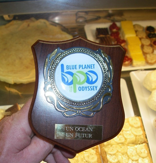 101-jimmy-cornell-awarded-the-owner-of-au-peche-mignon-the-blue-planet-odyssey-un-ocean-un-futur-plaque-for-his-involvement