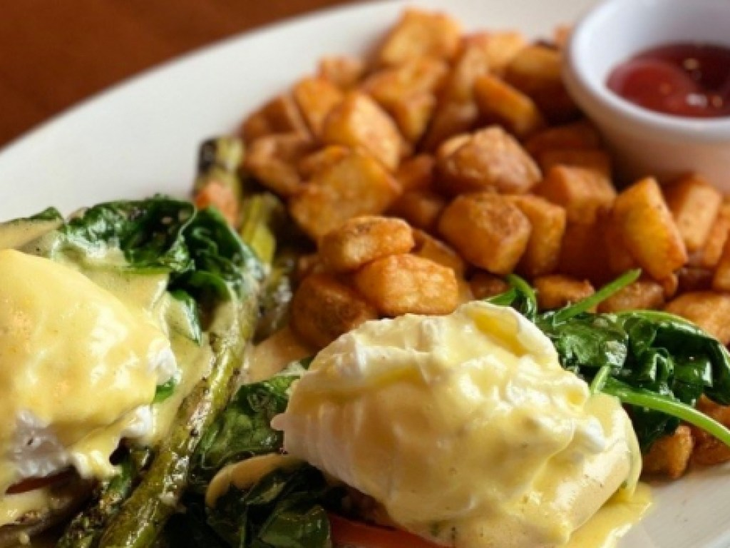 eggs-benedict-with-asparagus