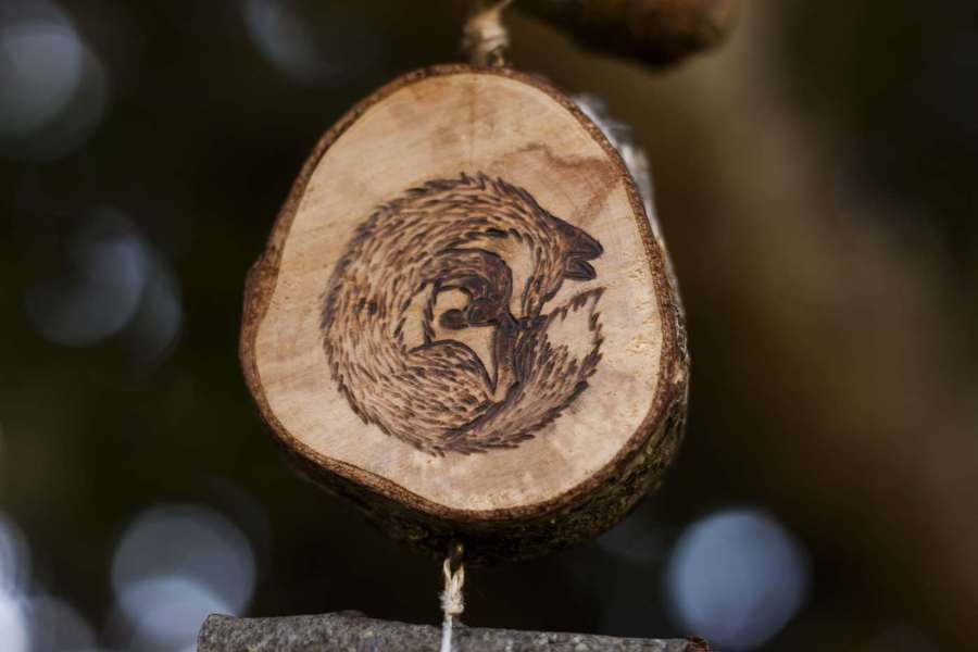 Renard endormi, détail d'une guirlande verticale en bois et chanvre bio, décoration personnalisable, animaux, artisanat français écoresponsable, atelier de La lettre aux ours, Missive to Bears