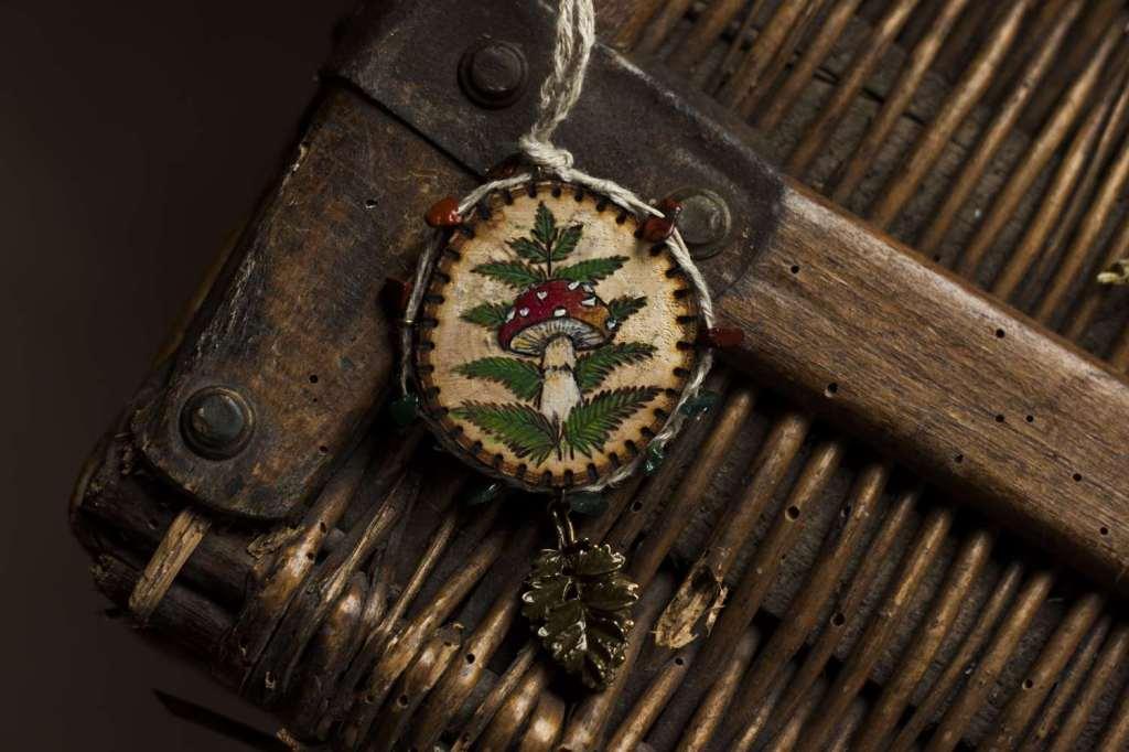 Champignon, bijoux, Amulette collier en bois naturel, chanvre bio et pierres fines naturelles fabriqué par l'atelier de la Lettre aux ours - Missive to Bears, artisanat écologique et français en Normandie