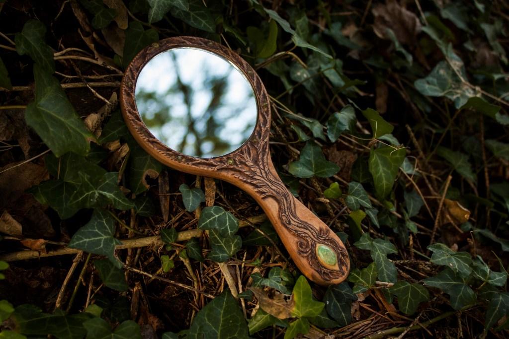 Miroir de Scissy à main forêt nature arbre celtique en bois sculpté et pyrogravé péridot et chrysoprase naturelle, fabriqué par l'atelier de la Lettre aux ours - Missive to Bears, artisanat français et écologique en Normandie