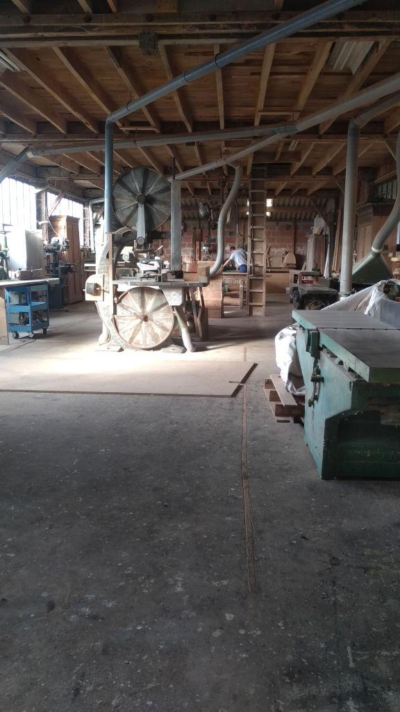 Ebeniste dans son atelier en Normandie, préparant le bois pour les coffrets en bois massif de l'atelier de La lettre aux ours - Missive to Bears, artisanat écologique, bois local