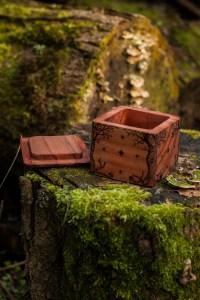 Coffret en bois massif de sequoia, gravé, arbre, bijoux, grenat, artisanat français écologique, l'atelier de la lettre aux ours - missive to bears