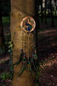 Paon, décoration, suspension murale en bois et lapis-lazuli naturel, or, plumes, par l'atelier de la lettre aux ours - missive to bears, artisanat français et écologique en normandie