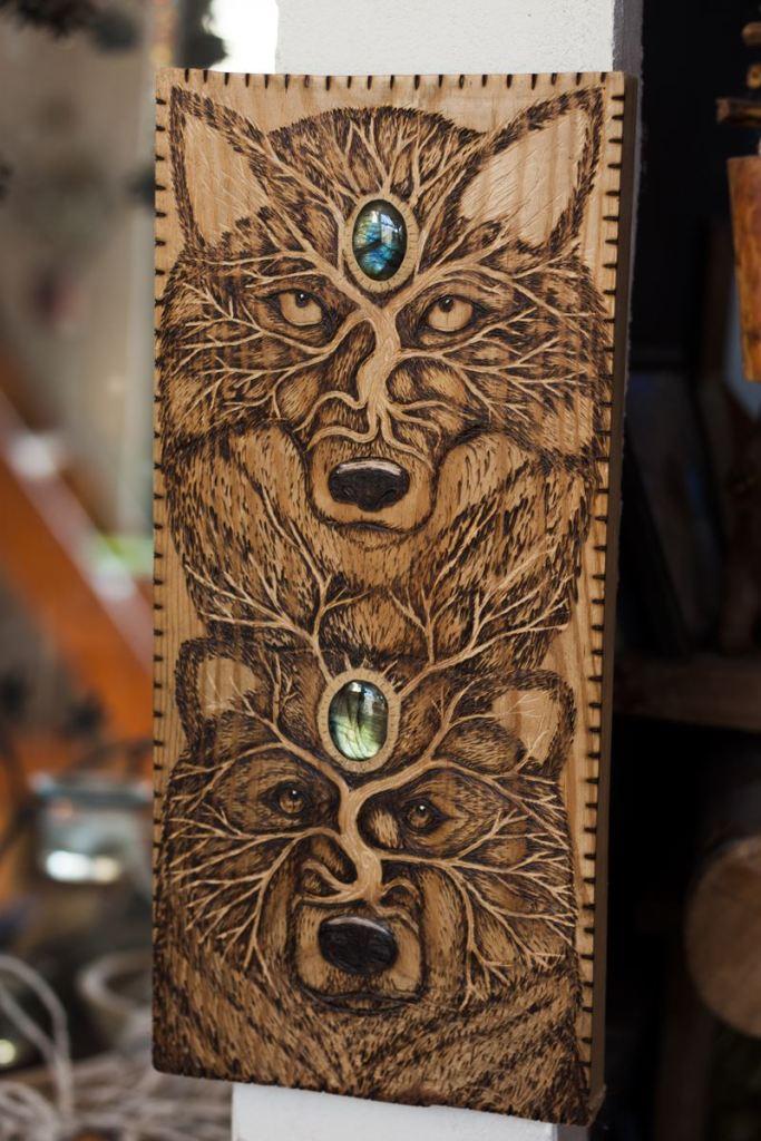 Loup et ours, totem, labradorite, gravure, bois, décoration, artisanat français, atelier de la lettre aux ours, missive to bears