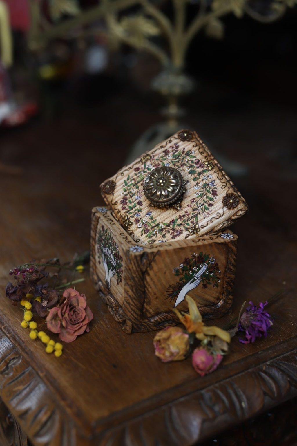 Coffret, bois massif, printemps, romantique, sculpture, floral, artisanat français écologique, atelier de la lettre aux ours, missive to bears