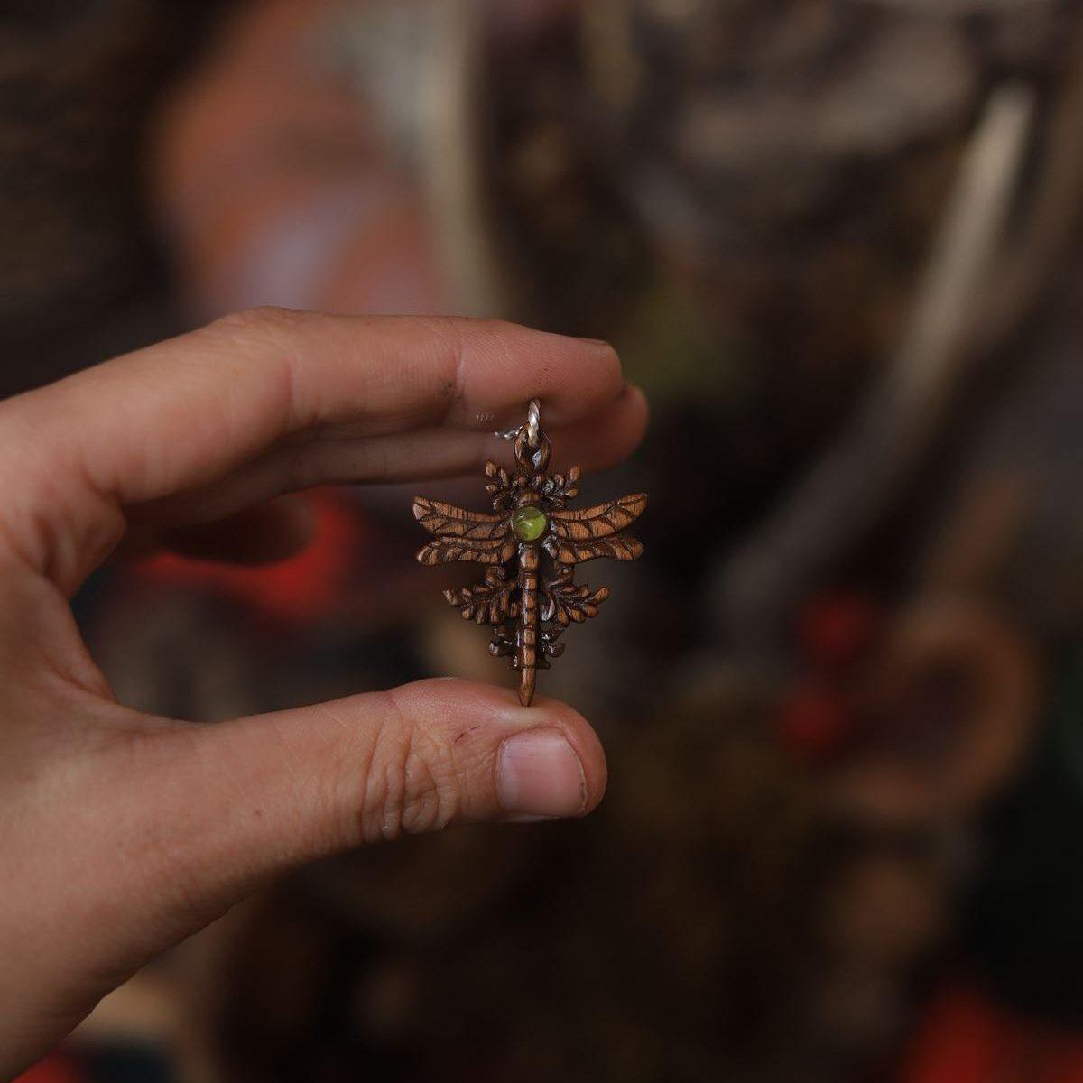 Bijoux, bois, sculpté, artisanat, fait main, libellule, insecte, cabinet de curiosité, péridot, noyer