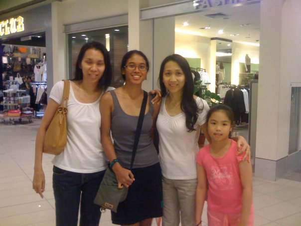Sharon, myself, Joanne , Joanne's daughter . @ Penang Bridge Marathon registration last Saturday