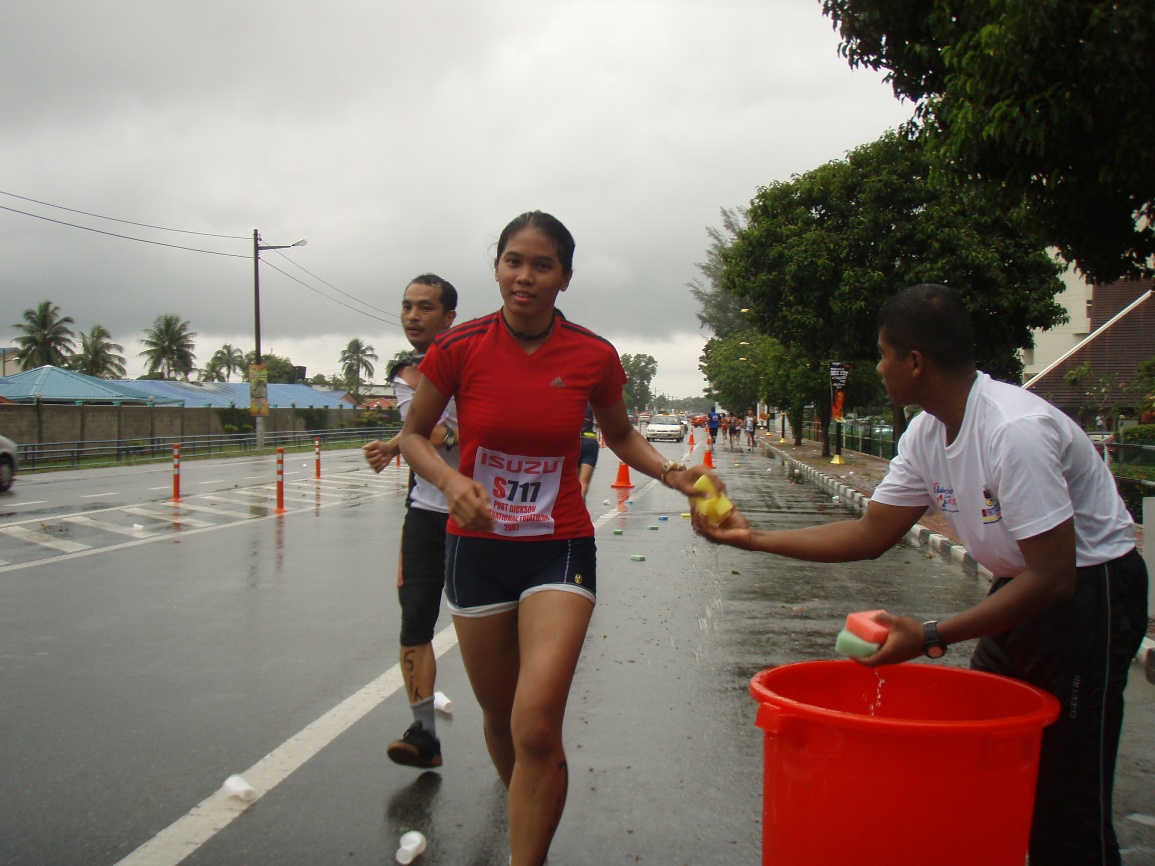 PD Triathlon 2007 : a wet day ! but still need the wet spongy !
