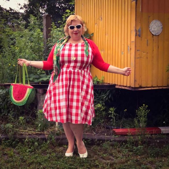 misskittenheel vintage plussize pinup germancurves roadtrip lindybop red check souvenirs 01