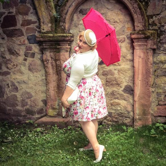 misskittenheel wedding guest roses lindybop audrey pink hat parasol dieburg castle08