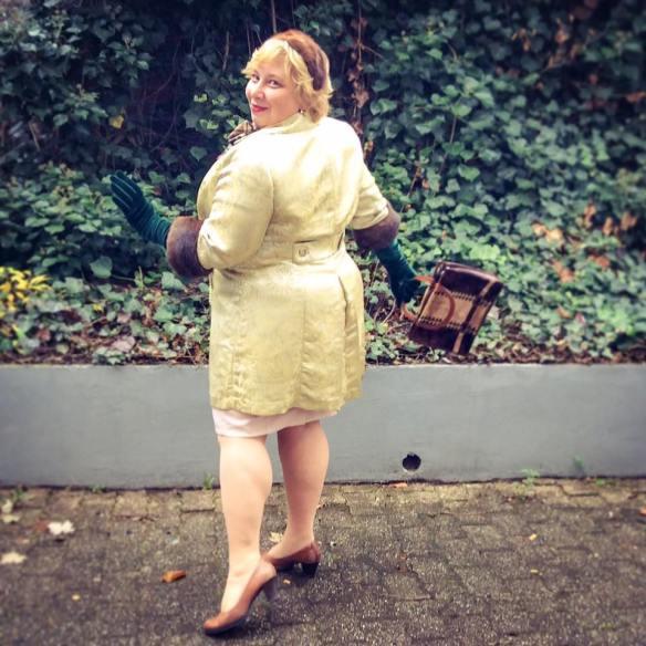 misskittenheel-vintage-plussize-lanebryant-gold-brocade-coat-50s-fur-cuffs-04