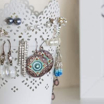Ohrringe aufbewahren im Teelichthalter