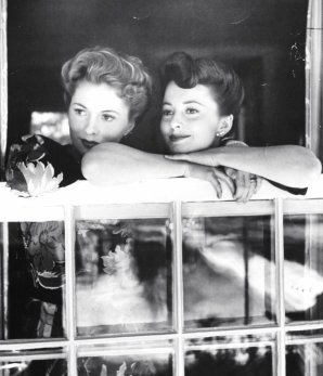 Joan Fontaine and her sister Olivia de Havilland