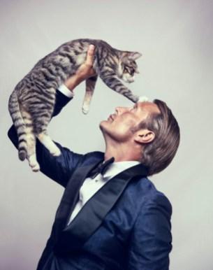 mads-mikkelsen-and-cat