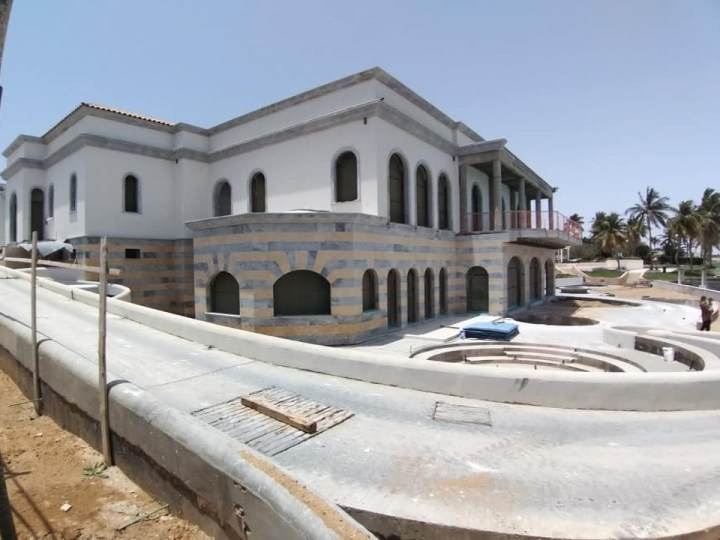 Villa in arabia in fase di cantiere, completamente rivestita con marmi selezionati