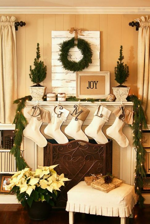Elegant stuffed socks mantel that will bring the festive atmosphere in your home