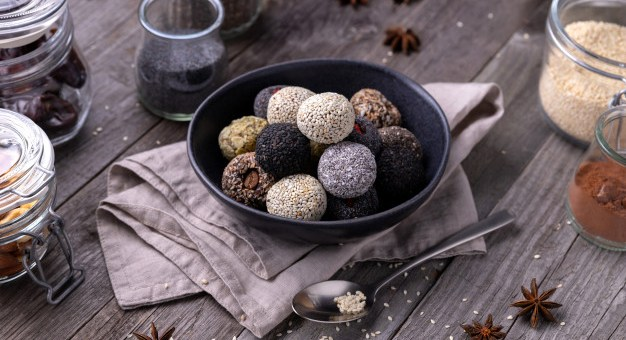 No-bake energy bites recipes with simple ingredients