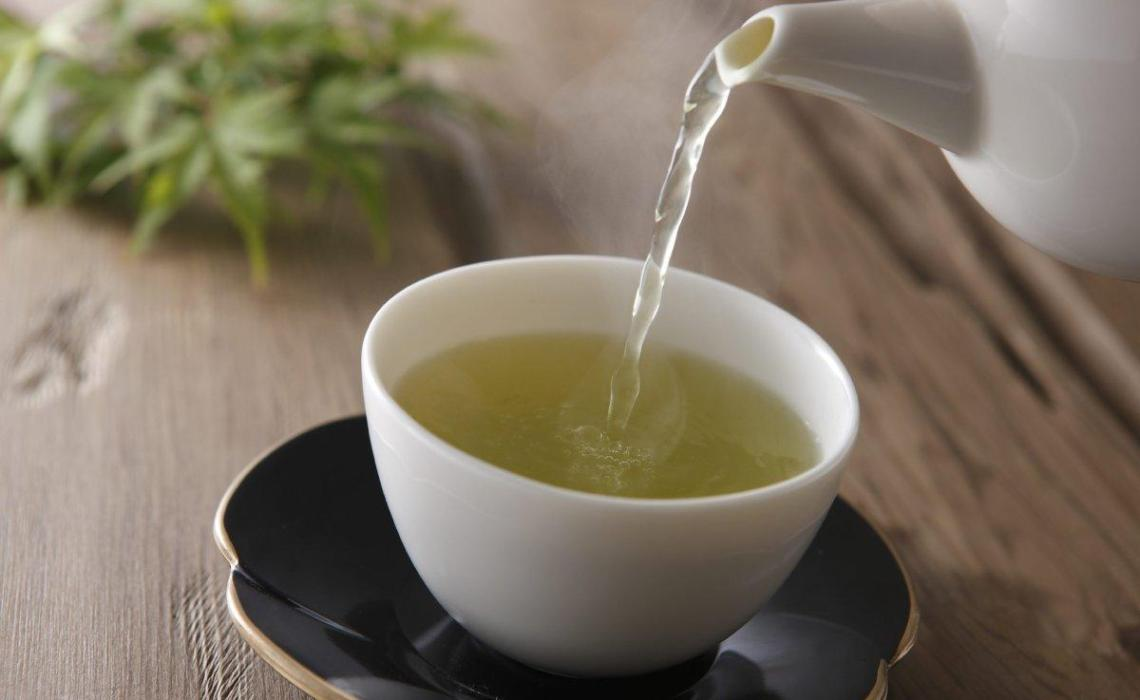 Hot tea raises cancer risk for smokers and drinkers