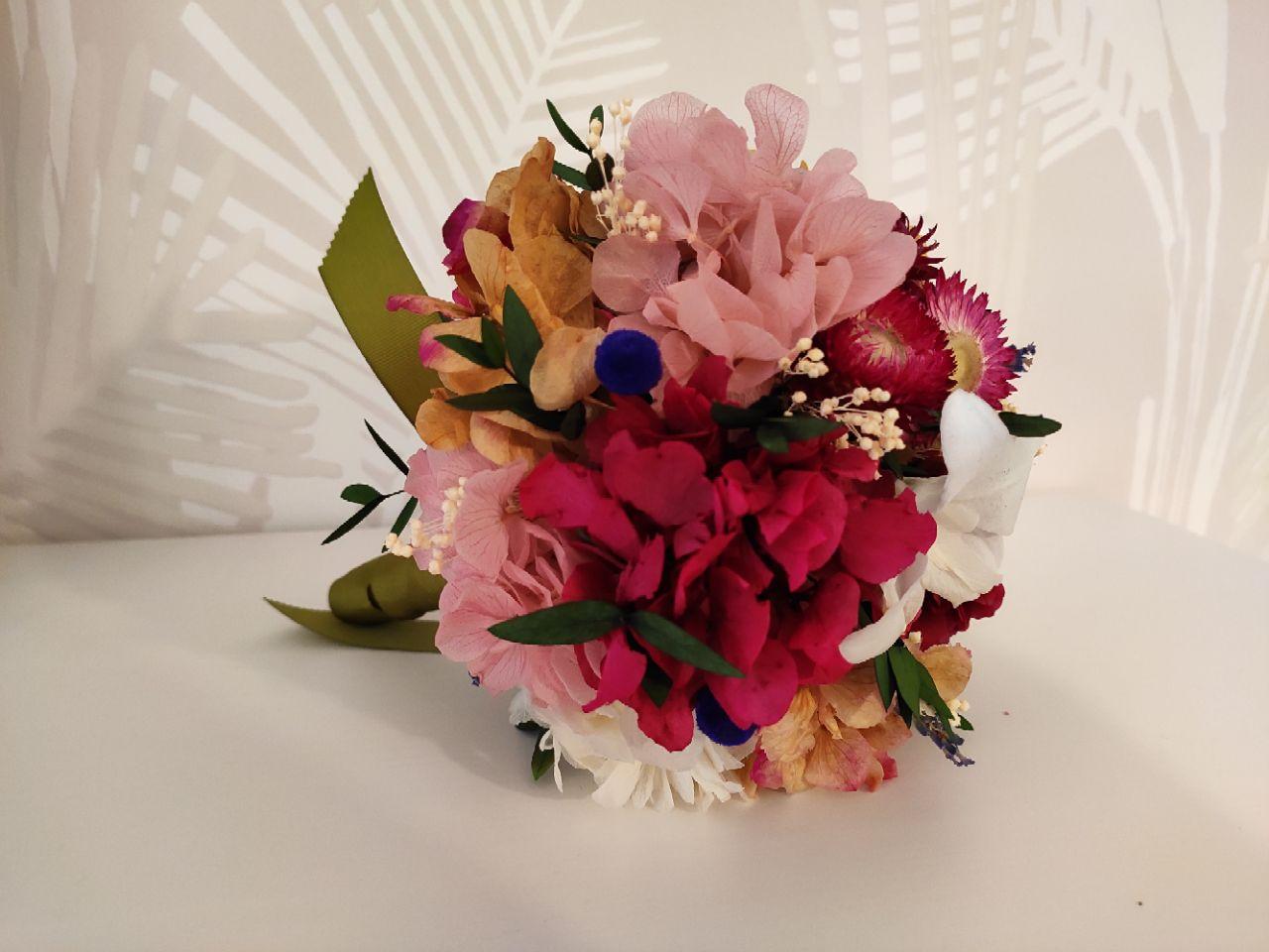 Ramo Jualiana flores preservadas en tonos tostados y verde