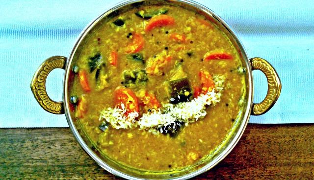 Indyjski sambar z kokosem. Dal z duszonymi warzywami. Wegański i bezglutenowy.