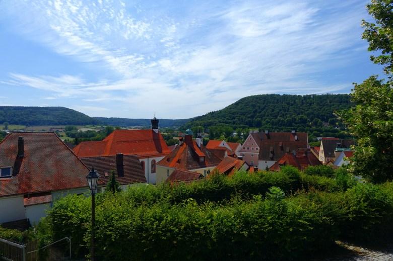 Blick von der Martinsbasilika über die Altstadt von Greding