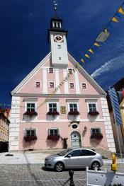 Blick auf den Giebel des Rathauses Greding mit Uhrenturm