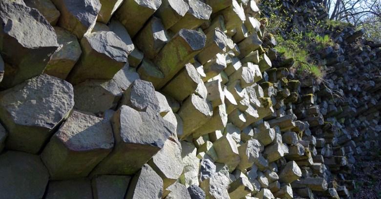 Geotop Basaltprismenwand auf dem Lehrpfad Gangolfsberg in der Bayerischen Rhön