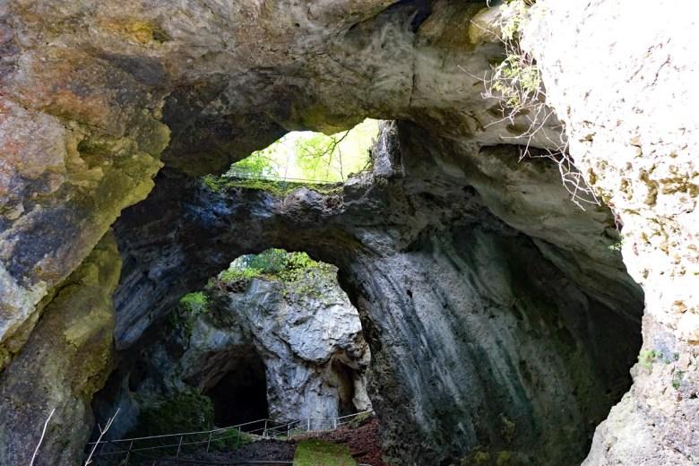 Blick in die Versturzhöhle Riesenburg im Wiesenttal bei Engelhardsberg zwischen Doos und Behringersdorf