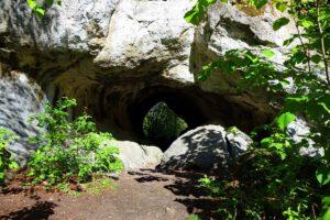 Höhleneingang zum Quackenschloss im Wiesenttal in der Fränkischen Schweiz