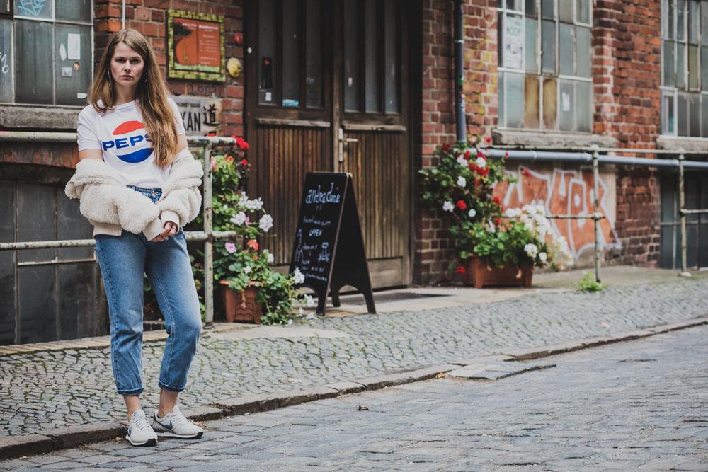 Streetstyle mit Momjeans und Logo-Shirt