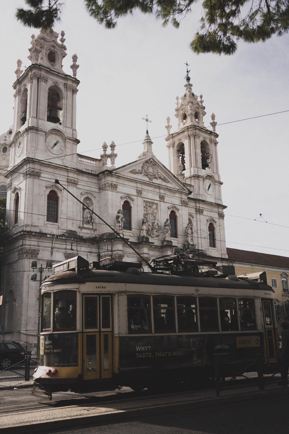 Tram vor der Basílica de Estrela