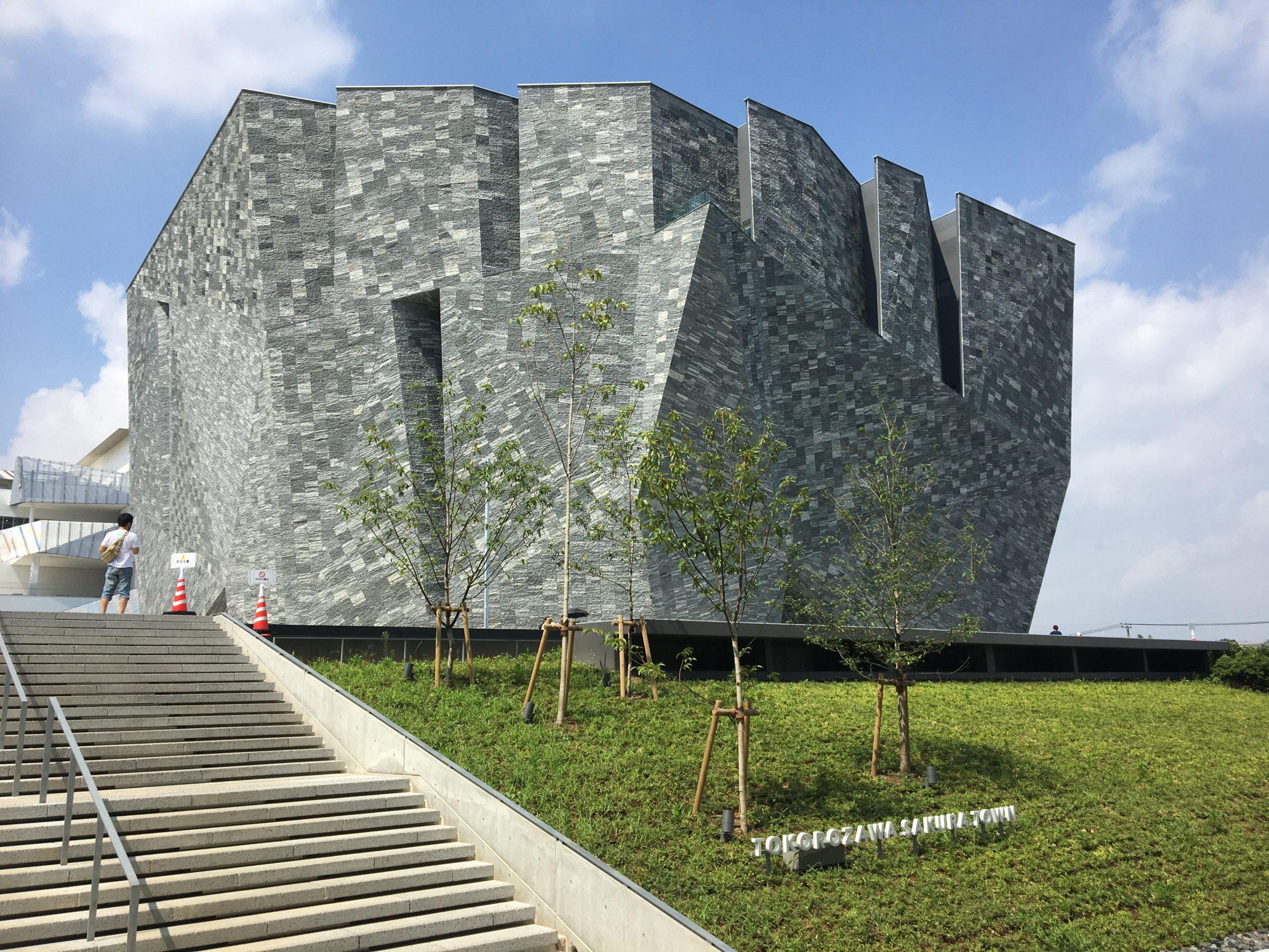 クールな華咲く東所沢 その4 聳える聖なる岩ー角川武蔵野ミュージアム