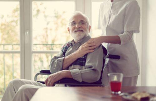 trabajo en equipo para el cuidado de personas mayores