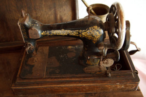 old-sewing-machine-11284647472AxtX