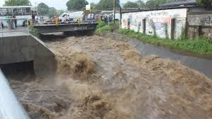 Photo showing flood waters rushing down a causeway in Managua, Nicaragua after 200 mm of rain fell in less than six hours between 11 and 12 June 2015