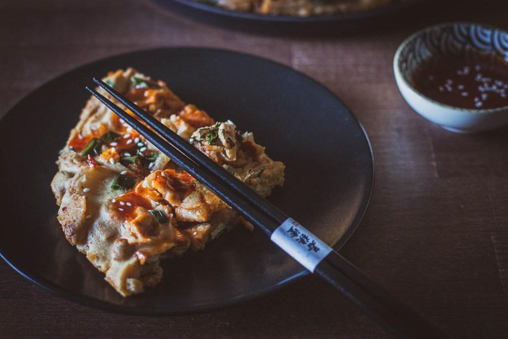 koreański naleśnik z kimchi