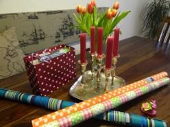 Bunt: Geschenkpapier, Blumen und Kerzen