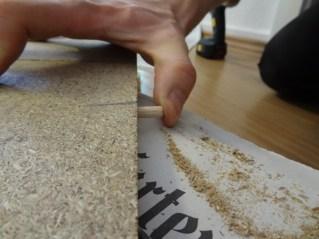 Holzdübel auf einer Seite platzieren.