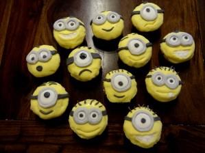 Die fertigen Minion-Cupcakes: jeder ein Original.