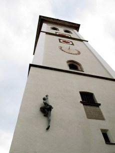Ein nackter Kletterer an der Kirche. Bildquelle: Robert Thaller