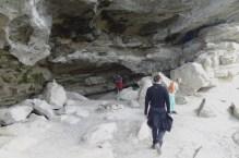 Gruppenbild: Tante, Onkel und Jonas in einer Höhle.