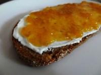 Brot mit Mirabellen-Marmelade